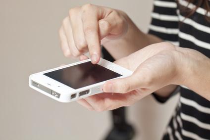 Jemand tippt auf seinem Smartphone rum