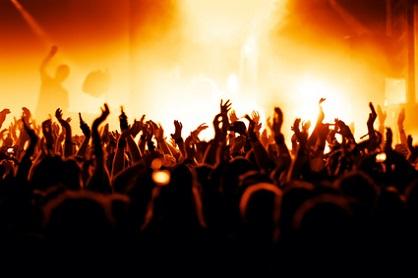 Jubelnde Menge auf Konzert