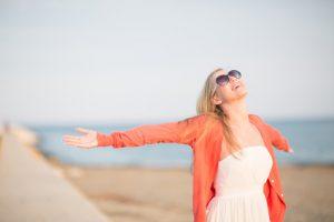 Frau genießt Urlaub und Sonne